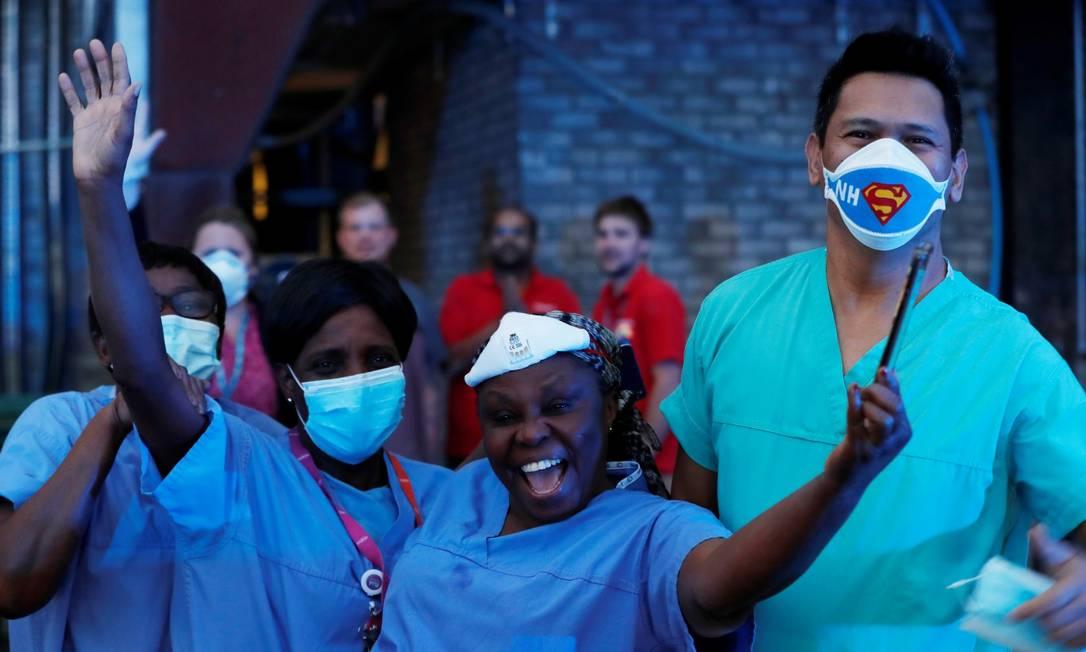Trabalhadores do Watford Hospital, no Reino Unido, durante homenagem ao Serviço Nacional de Saúde (NHS) britânico Foto: PAUL CHILDS / REUTERS