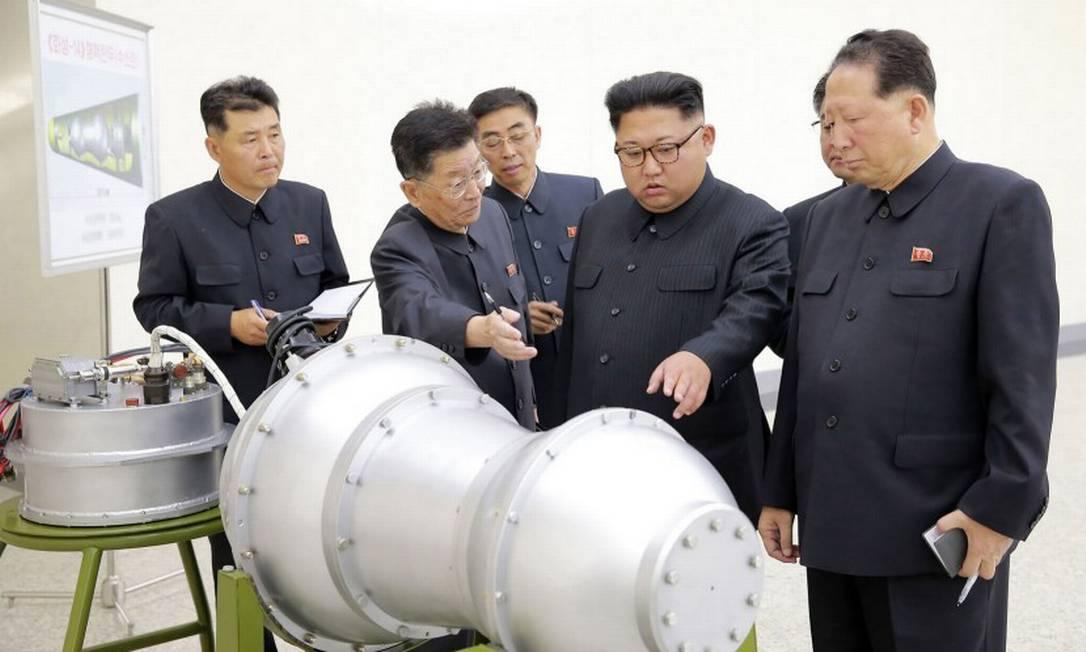 O ex-ditador norte-coreano, Kim Jong-un, observa uma bomba de hidrogêneo que o país desenvolveu em 2017 Foto: AFP