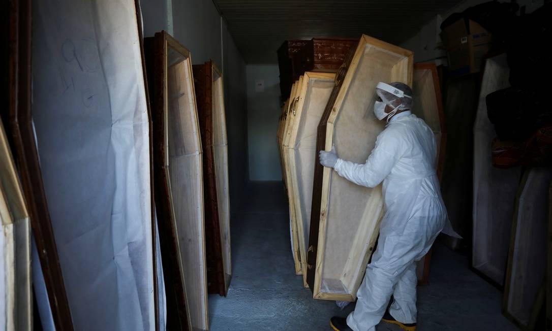 Funcionária de uma funerária em Manaus prepara caixões em meio ao surto na cidade Foto: BRUNO KELLY / REUTERS