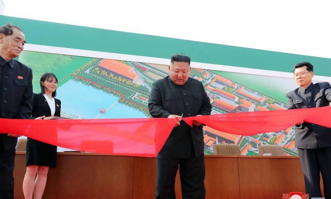 Foto divulgada pela mídia estatal norte-coreana mostra Kim Jong-un cortando a fita de inauguração de uma fábrica Foto: STR / AFP