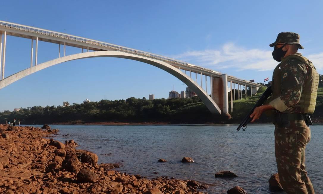 Soldado brasileiro junto à Ponte da Amizade, em Foz do Iguaçu: Paraguai bloqueia quem chega do Brasil por temor à Covid-19 Foto: STRINGER / REUTERS