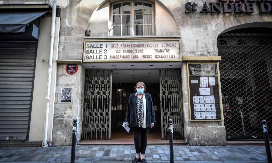 Diretora de um cinema em Paris em frente à sala: espetáculos ainda não serão regularizados nesta etapa do desconfinamento Foto: STEPHANE DE SAKUTIN / AFP