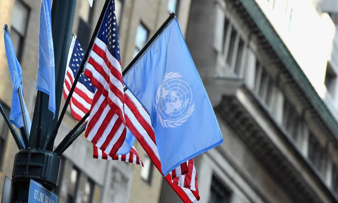 Bandeiras da ONU e dos EUA na sede da organização em Nova York Foto: ANGELA WEISS / AFP