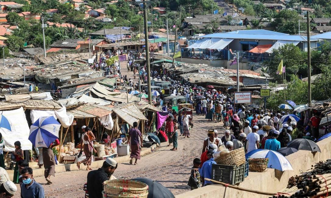 Refugiados rohingya em um mercado no campo de Ukhia Foto: SUZAUDDIN RUBEL / AFP