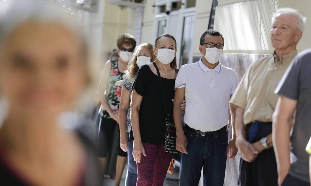 Vacinação contra a gripe em posto de saúde em fevereiro: Brasil pode ficar atrás de grandes potências no recebimento de vacina Foto: Márcia Foletto / Agência O Globo
