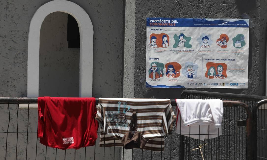 Roupas penduradas em uma cerca em local alugado pela Organização Mundial da Paz e pela Organização Internacional das Nações Unidas para hospedar migrantes em quarentena, em meio à pandemia de Covid-19 em Ciudad Juarez, no México Foto: HERIKA MARTINEZ / AFP