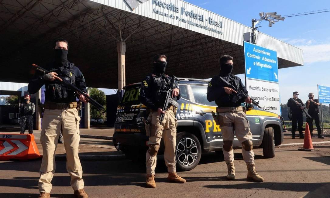 Policiais federais na Tríplice Fronteira entre Argentina, Brasil e Paraguai Foto: STRINGER / REUTERS