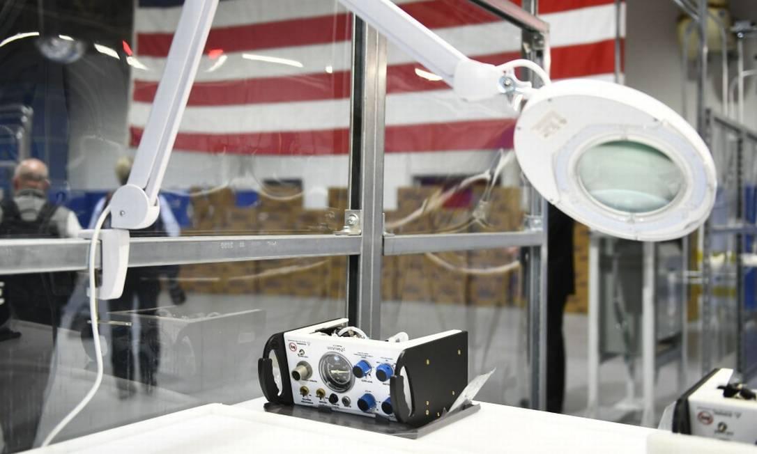 Um respirador em uma visita de Donald Trump a uma fábrica da Ford em Rawsonville, convertida para a produção de equipamento médico Foto: BRENDAN SMIALOWSKI / AFP