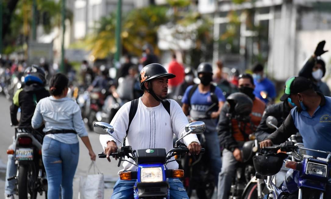 Motoqueiros em uma fila para reabastecer em um posto de Caracas Foto: FEDERICO PARRA / AFP