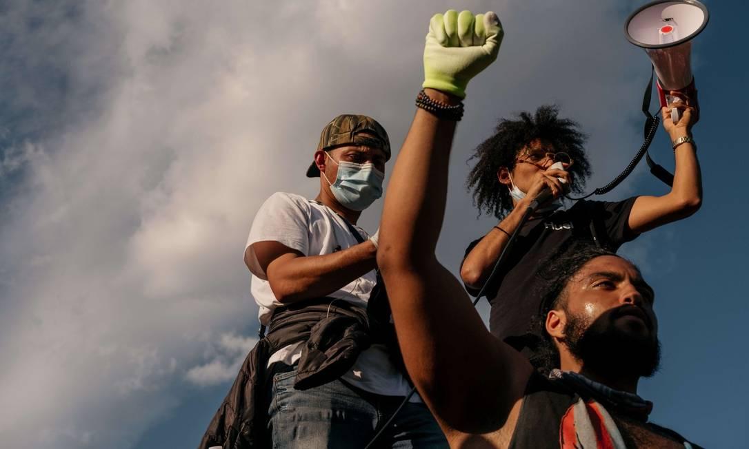 Manifestantes em Nova York em protesto contra o racismo sistêmico na segurança Foto: Scott Heins / AFP