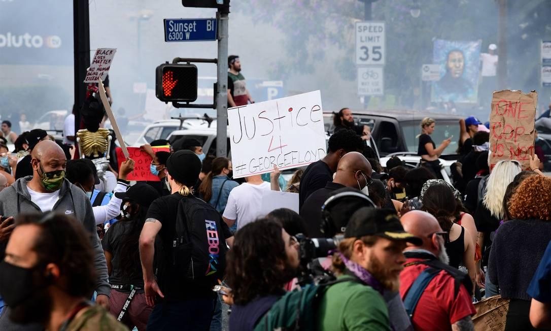 Manifestantes marcham pela Sunset Boulevard, em Los Angeles, durante manifestação pela morte de George Floyd Foto: FREDERIC J. BROWN / AFP