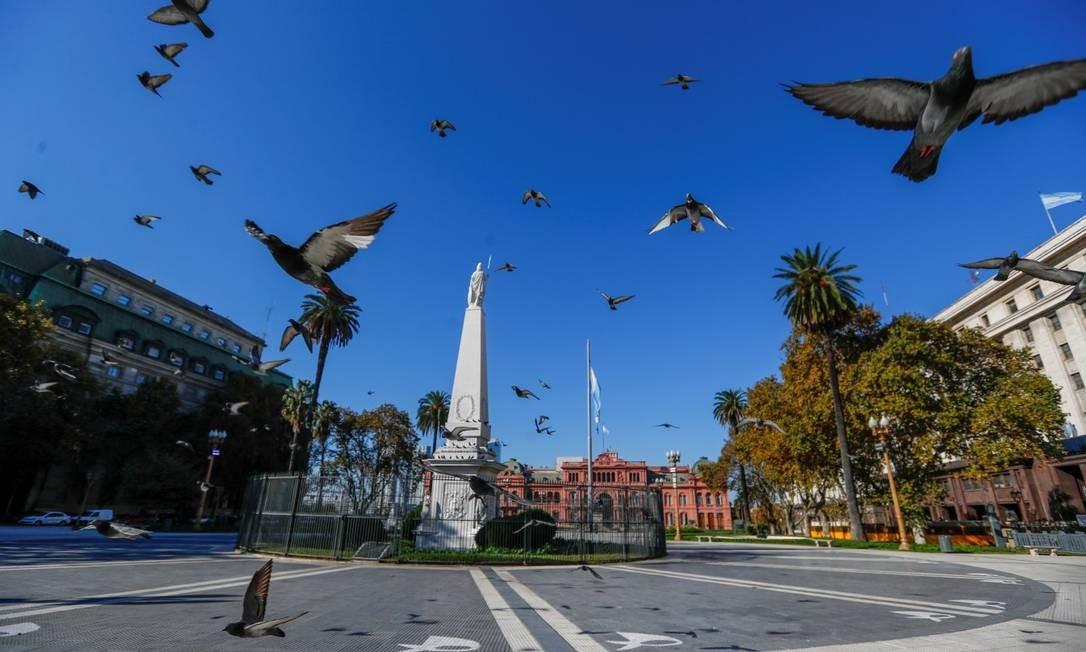 Pássaros voam sobre a Plaza de Mayo, deserta por causa da quarentena Foto: Agustin Marcarian / REUTERS