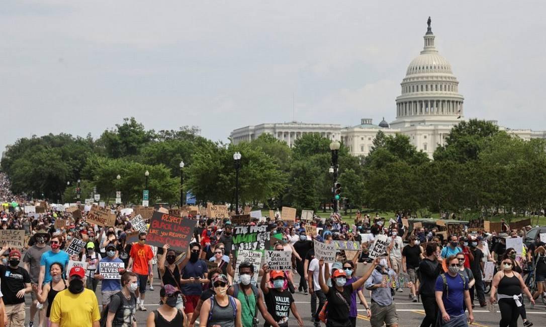 Manifestantes na Constitution Avenue, perto do Capitólio, Em Washington neste sábado Foto: JONATHAN ERNST / REUTERS