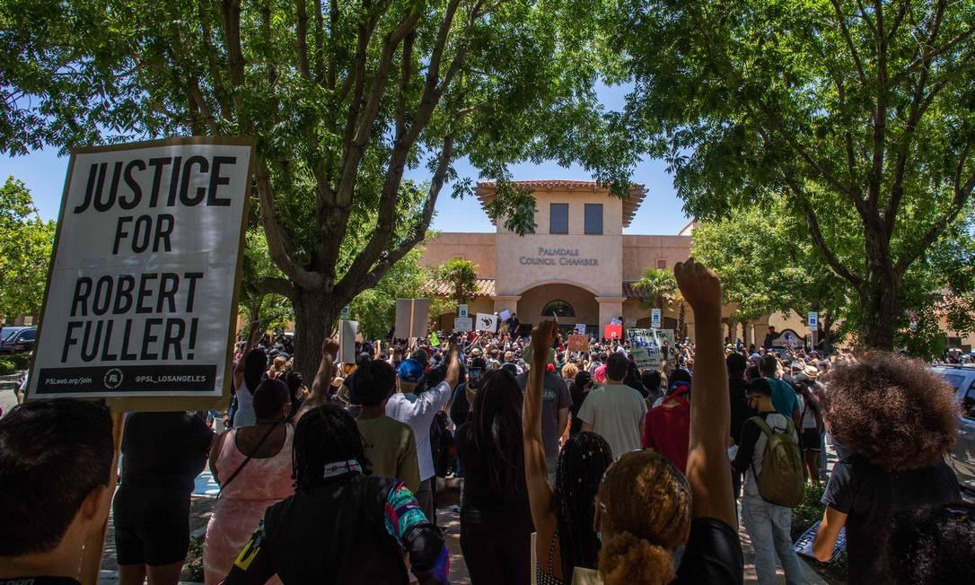 Protesto em frente à delegacia de Palmdale para exigir uma investigação completa sobre a morte de Robert Fuller, um negro de 24 anos encontrado pendurado em uma árvore Foto: APU GOMES / AFP