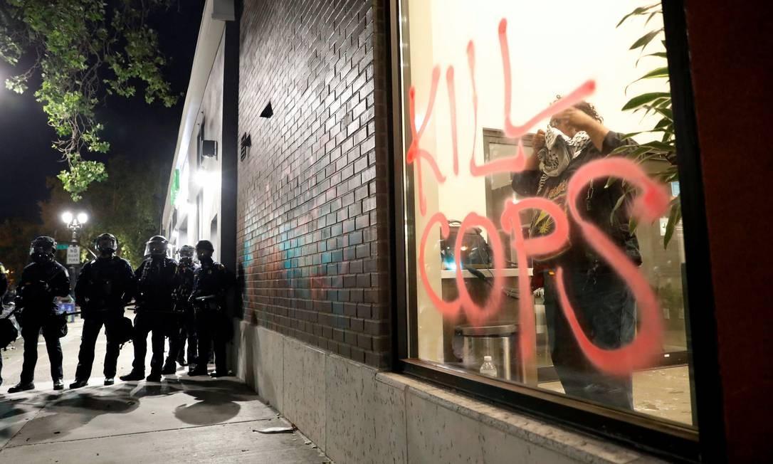 A noite de 29 de maio, em Oakland, na California, foi violenta: morte de policial, inicialmente, foi atribuída a manifestantes. Foto: STEPHEN LAM / REUTERS