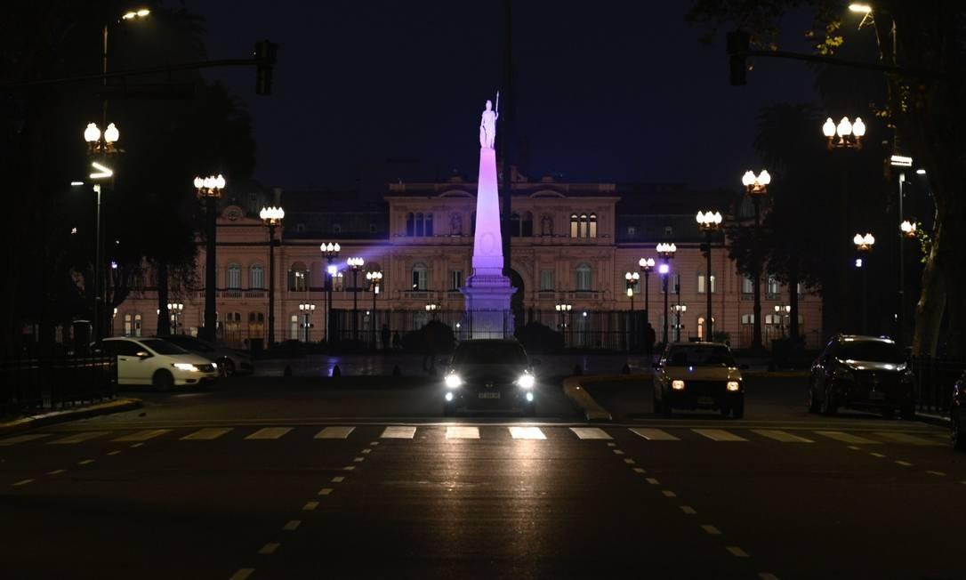 Visão noturna da Casa Rosada durante a pandemia de Covid-19, no dia 9 de junho Foto: JUAN MABROMATA / AFP