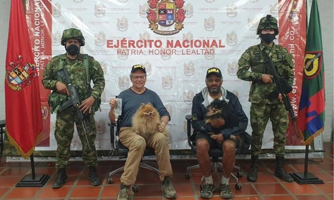 O suíço Daniel Guggenheim, o brasileiro José Ivan Albuquerque Matias e os dois cães do casal, libertados do jugo de grupo dissidente das Farc Foto: Exercito da Colômbia