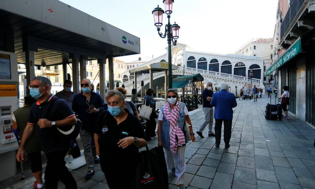 Pessoas usam máscaras perto da ponte Rialto, em Veneza: equipamento é considerado importante para a contenção do vírus Foto: FABRIZIO BENSCH / REUTERS