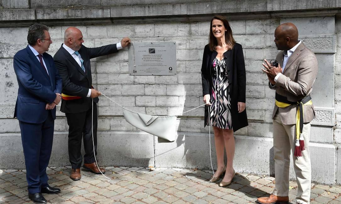 A primeira-ministra belga Sophie Wilmes e o prefeito de Elsene-Ixelles, Christos Doulkeridis, em cerimônia de inauguração de uma placa comemorativa do 60.º aniversário da Independência do Congo Foto: JOHN THYS / AFP