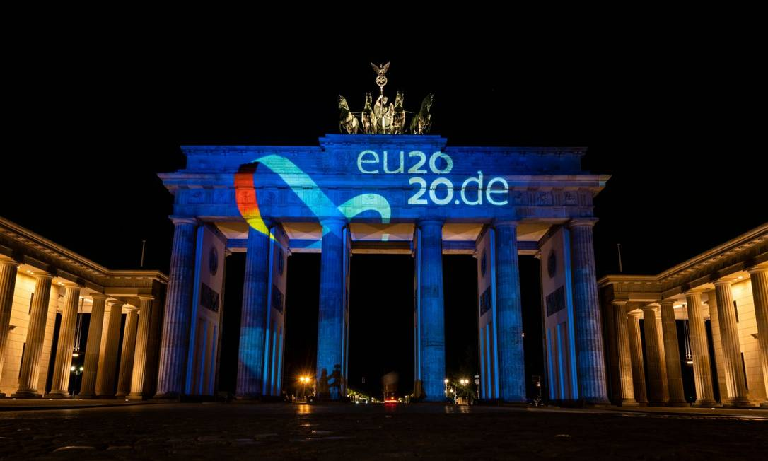 Logo da Presidência alemã do Conselho Europeu é projetado no Portão de Bradenburgo na noite de terça-feira Foto: JOHN MACDOUGALL / AFP