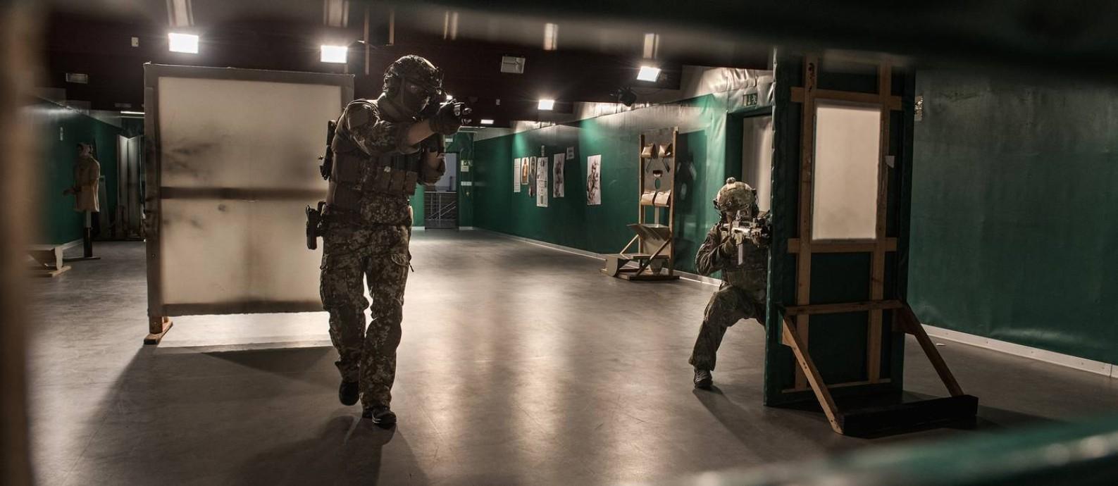 Exercício na base do KSK, unidade de elite com muitos suspeitos de neonazismo e que teve divisão de combate extinta nessa semana Foto: LAETITIA VANCON / NYT