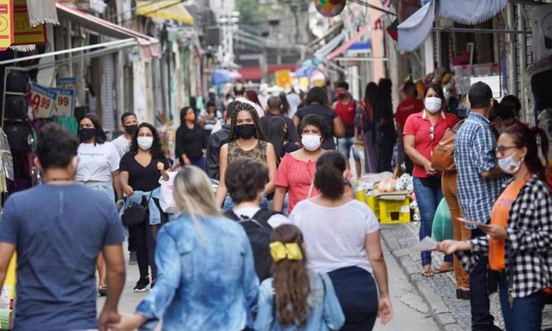 Multidão caminha pelo Saara, pólo de comércio popular no Rio, sem seguir regras de distanciamento Foto: MARCOS SERRA LIMA / Agência O Globo
