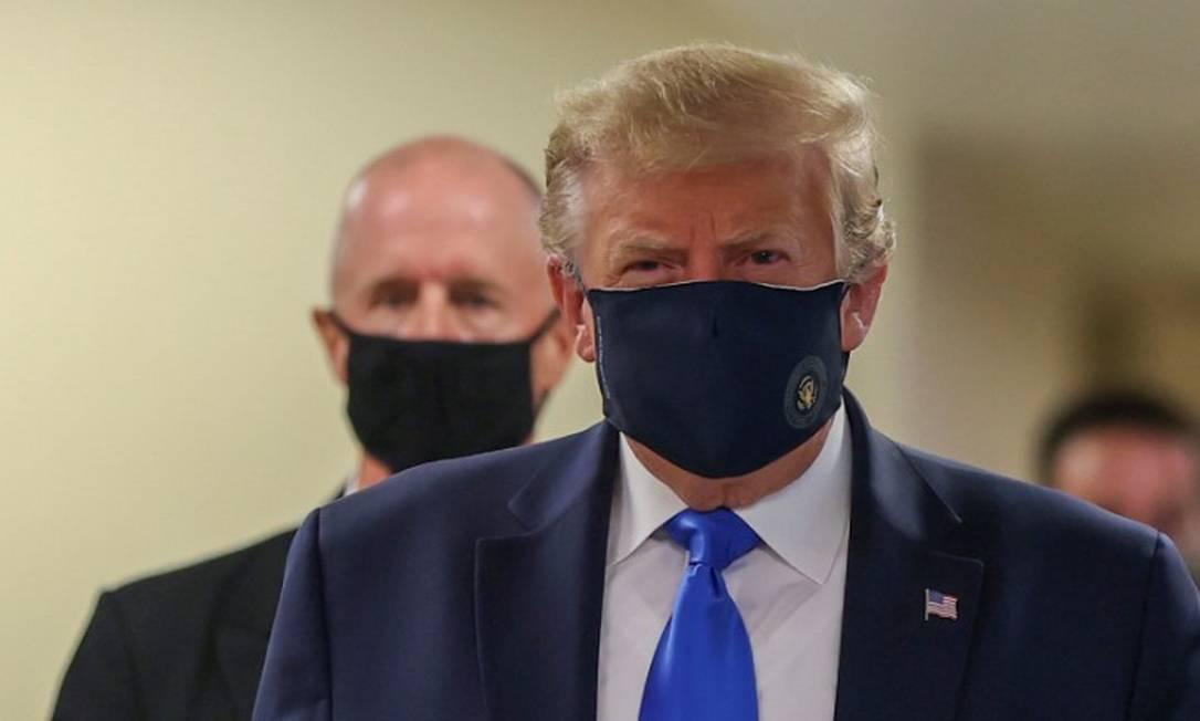 O presidente dos Estados Unidos, Donald Trump, usa máscara durante visita em um hospital em Bethesda, Maryland Foto: TASOS KATOPODIS / REUTERS