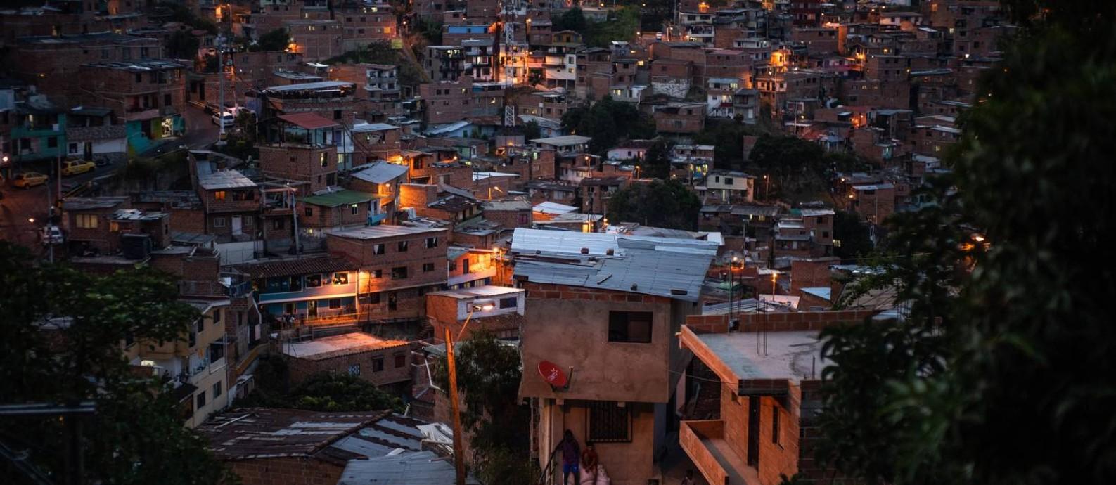 Favela ao entardecer em Medellín, Colômbia: Depois de duas décadas de avanços, desigualdade cresceu para o índice mais alto já registrado no continente Foto: FEDERICO RIOS / NYT