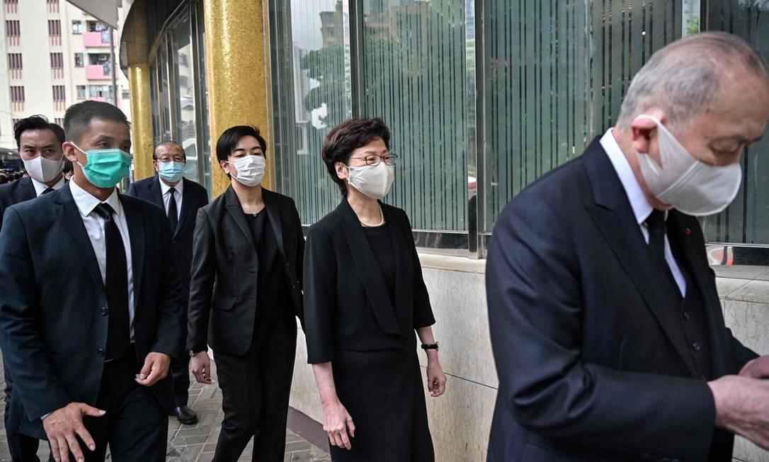 Carrie Lam (ao centro à direita) deixa o funeral do magnata dos cassinos Stanley Ho em Hong Kong Foto: ANTHONY WALLACE / AFP