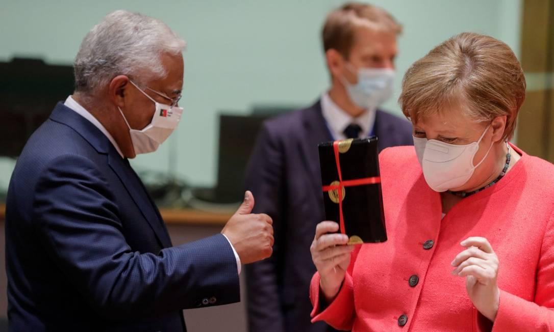 O primeiro-ministro de Portugal, António Costa, e a chanceler da Alemanha, Angela Merkel, fizeram aniversário e trocaram presentes Foto: STEPHANIE LECOCQ / AFP