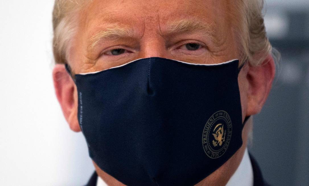 Trump, de máscara em evento público: presidente dos EUA compartilha vídeo de site de extrema direita com desinformação sobre o novo coronavírus Foto: JIM WATSON / AFP