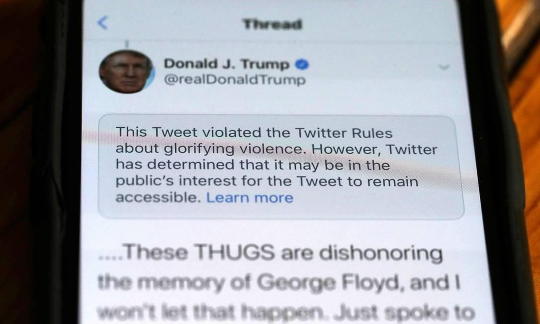 Mensagem de Donald Trump apagada no Twitter em maio por violar as regras de uso da rede social Foto: JUSTIN SULLIVAN / AFP
