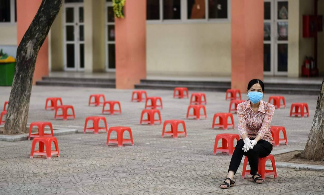 Mulher espera para fazer teste rápido de coronavírus em Hanói, após Vietnã registrar nova onda de infecções Foto: MANAN VATSYAYANA / AFP/31-07-2020