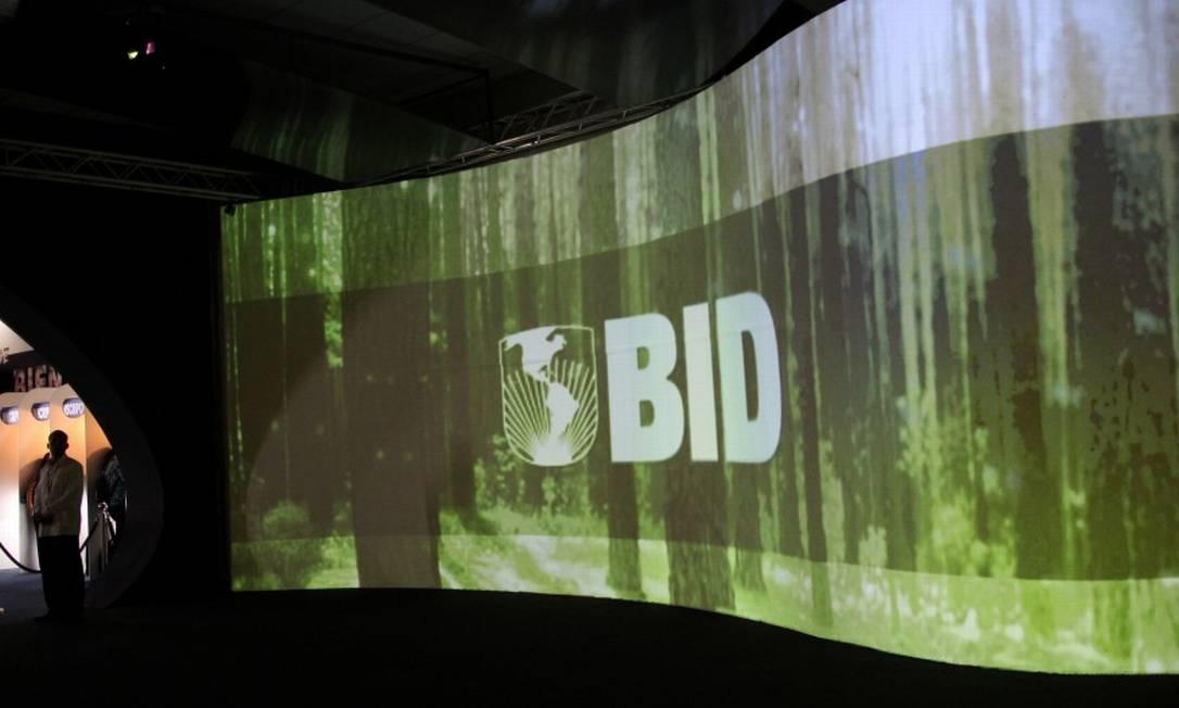Tela com o logo do BID projetado em um encontro do banco no Panamá em 2013 Foto: Carlos Jasso / REUTERS