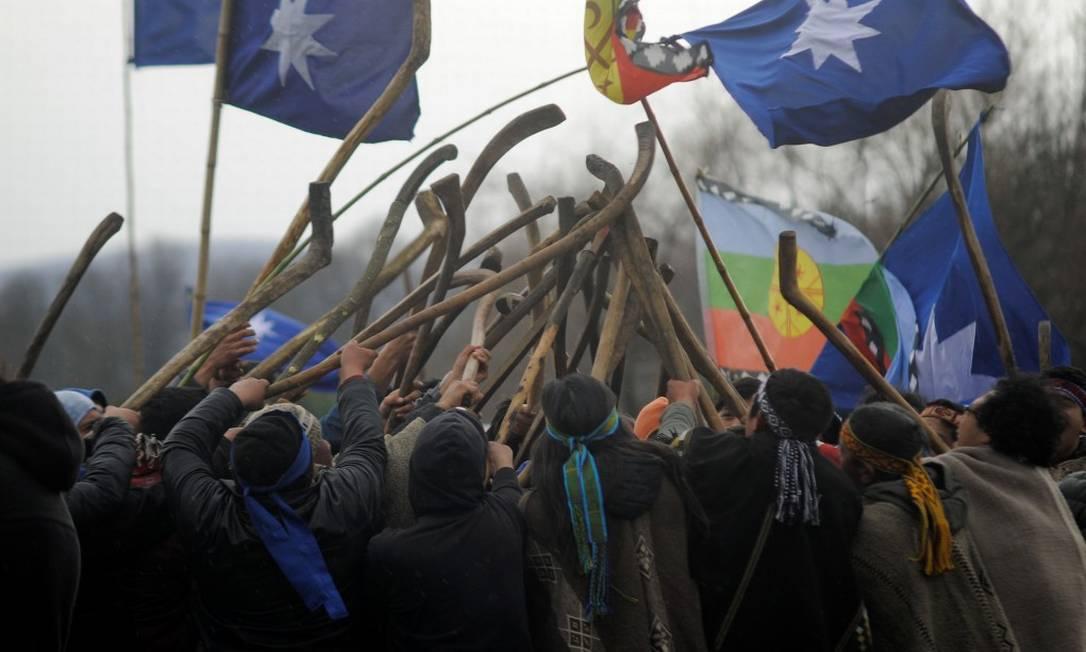 Membros da comunidade mapuche se reúnem numa cerimônia tradicional para discutir o impasse com o Estado chileno em Temuco: sem reconhecimento como povo indígena Foto: JOSE LUIS SAAVEDRA / REUTERS