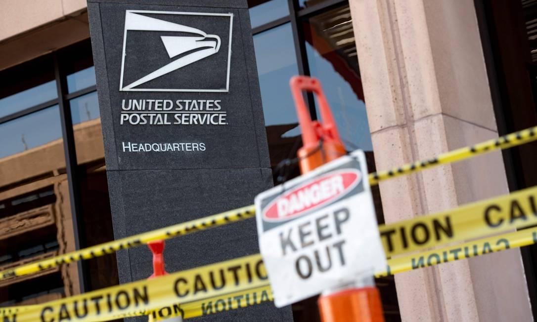 Fita de distanciamento na sede do Serviço Postal dos Estados Unidos em Washington Foto: SAUL LOEB / AFP