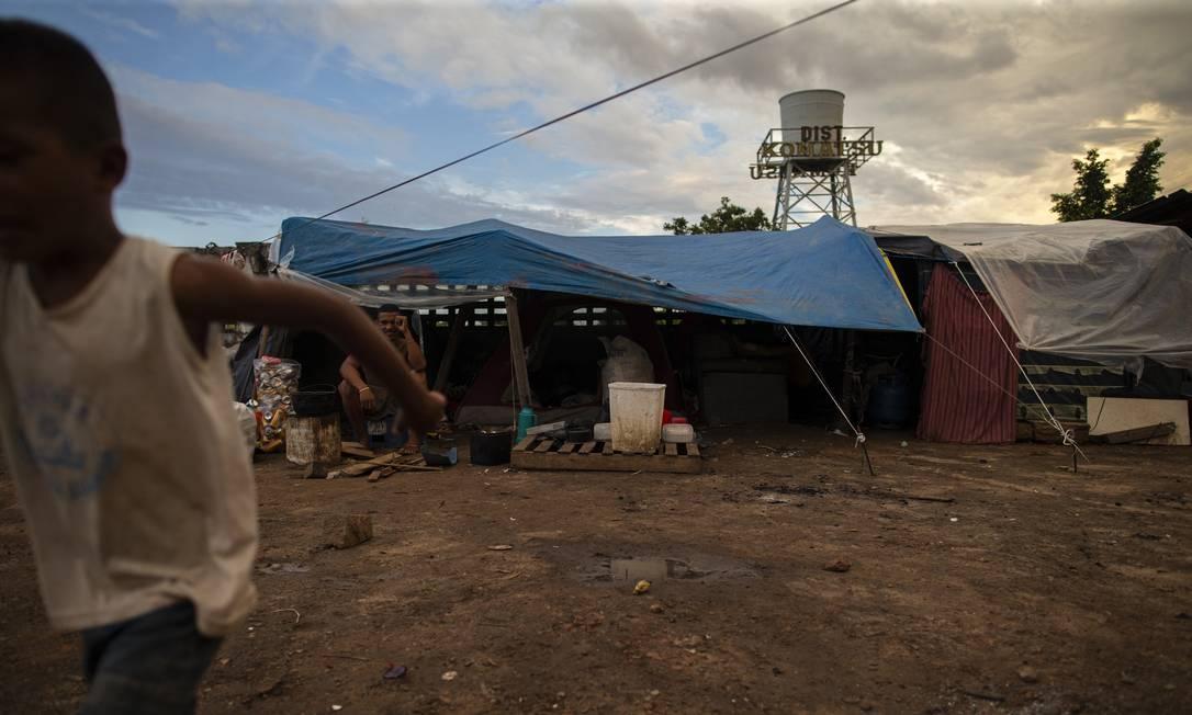 Família venezuelana em abrigo em Pacaraima, na fronteira com o Brasil. Desde o início da pandemia, venezuelanos que vivem na fronteira não podem entrar no Brasil (27-7-2019). Foto: Daniel Marenco / Agência O Globo