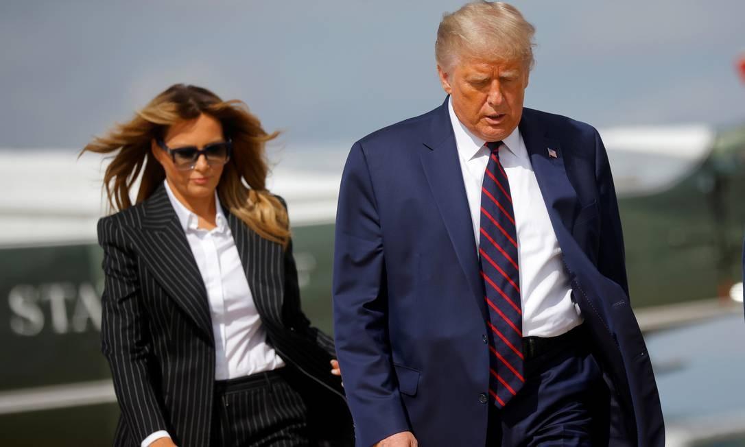 Trump e Melania embarcam no avião presidencial, o Air Force One, em Washington com destino a Ohio para o primeiro debate presidencial, em 29 de setembro Foto: CARLOS BARRIA / REUTERS