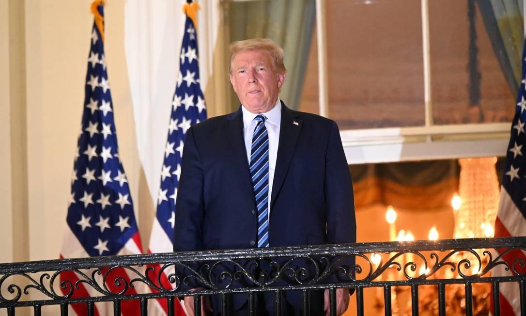 Apesar de ter uma infecção ativa, Trump posa para fotografias sem máscara da varanda da Casa Branca Foto: ERIN SCOTT / REUTERS