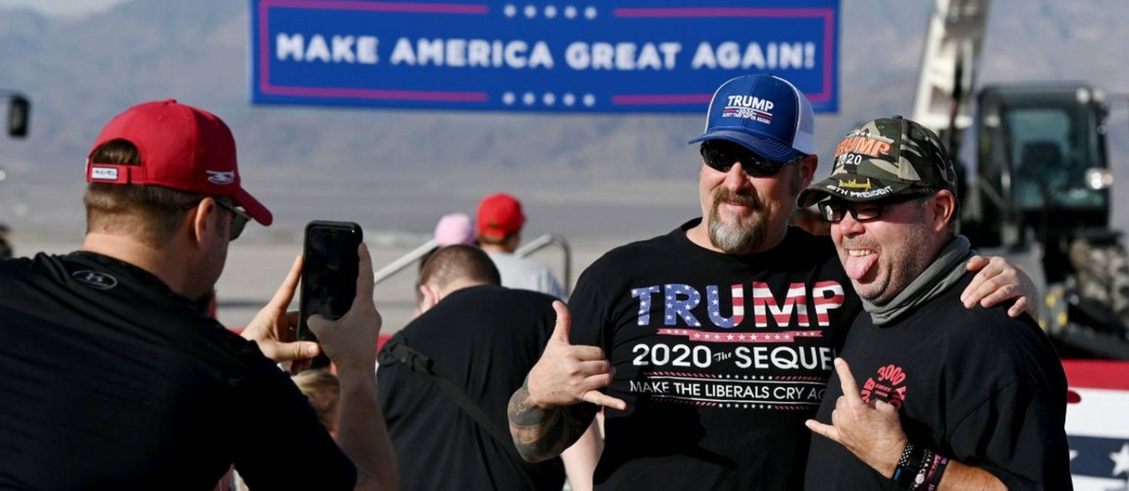Apoiadores de Donald Trump posam para uma foto em um comício do vice-presidente, Mike Pence, em Boulder City, Nevada Foto: Ethan Miller / AFP