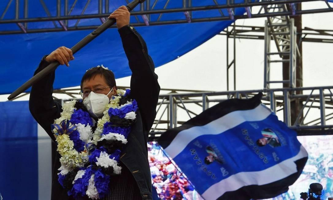 Luis Arce, candidato a presidente da Bolívia pelo Movimento ao Socialismo (MAS), segura uma bandeira em comício em Al Alto nesta quarta-feira Foto: AIZAR RALDES / AFP