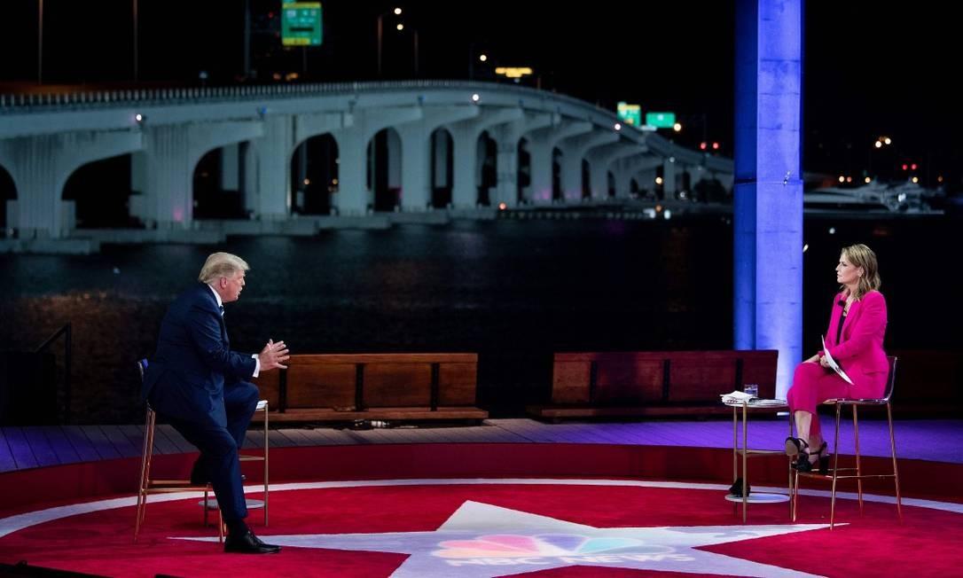 O presidente dos Estados Unidos, Donald Trump, em entrevista com a apresentadora Savannah Guthrie na conversa transmitida pela NBC na noite desta quinta-feira Foto: BRENDAN SMIALOWSKI / AFP