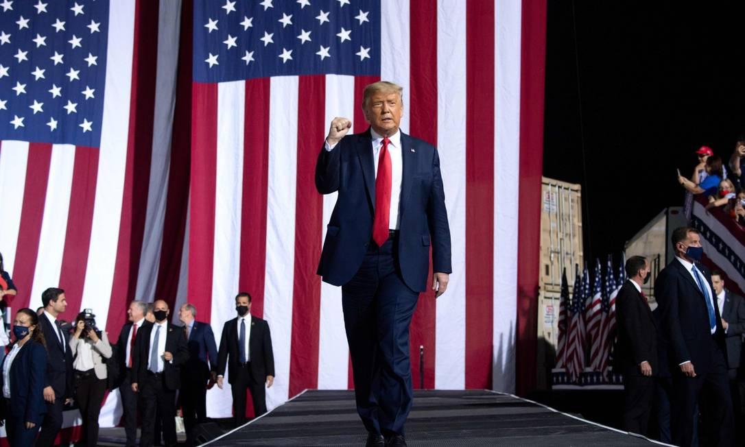O presidente americano, Donald Trump, chega para fazer um comício em Gastonia, na Carolina do Norte, na quarta-feira Foto: SAUL LOEB / AFP