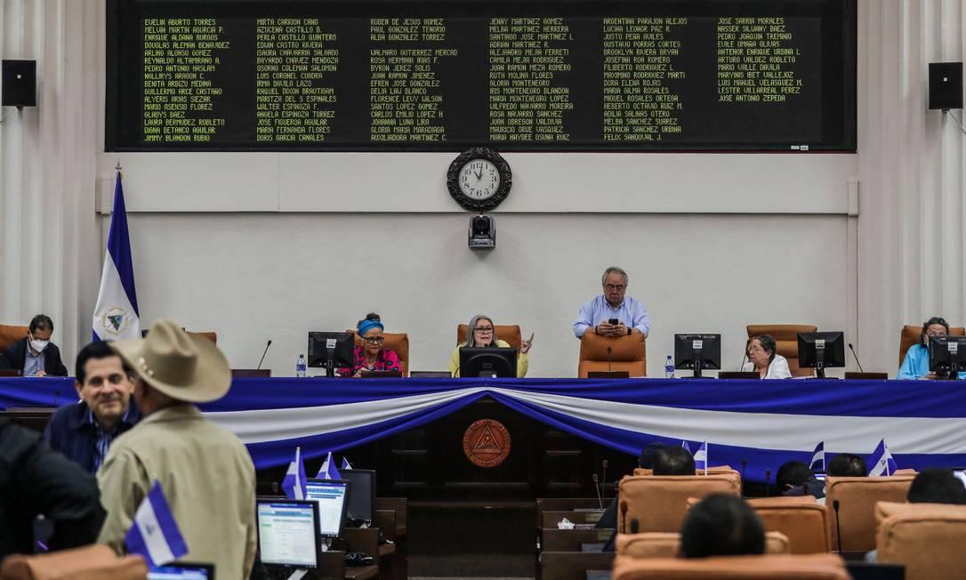 Parlamentares nicaraguenos durante a votação da Lei de Cibercrimes, apelidada pela oposição de 'Lei da Mordaça' Foto: STR / AFP
