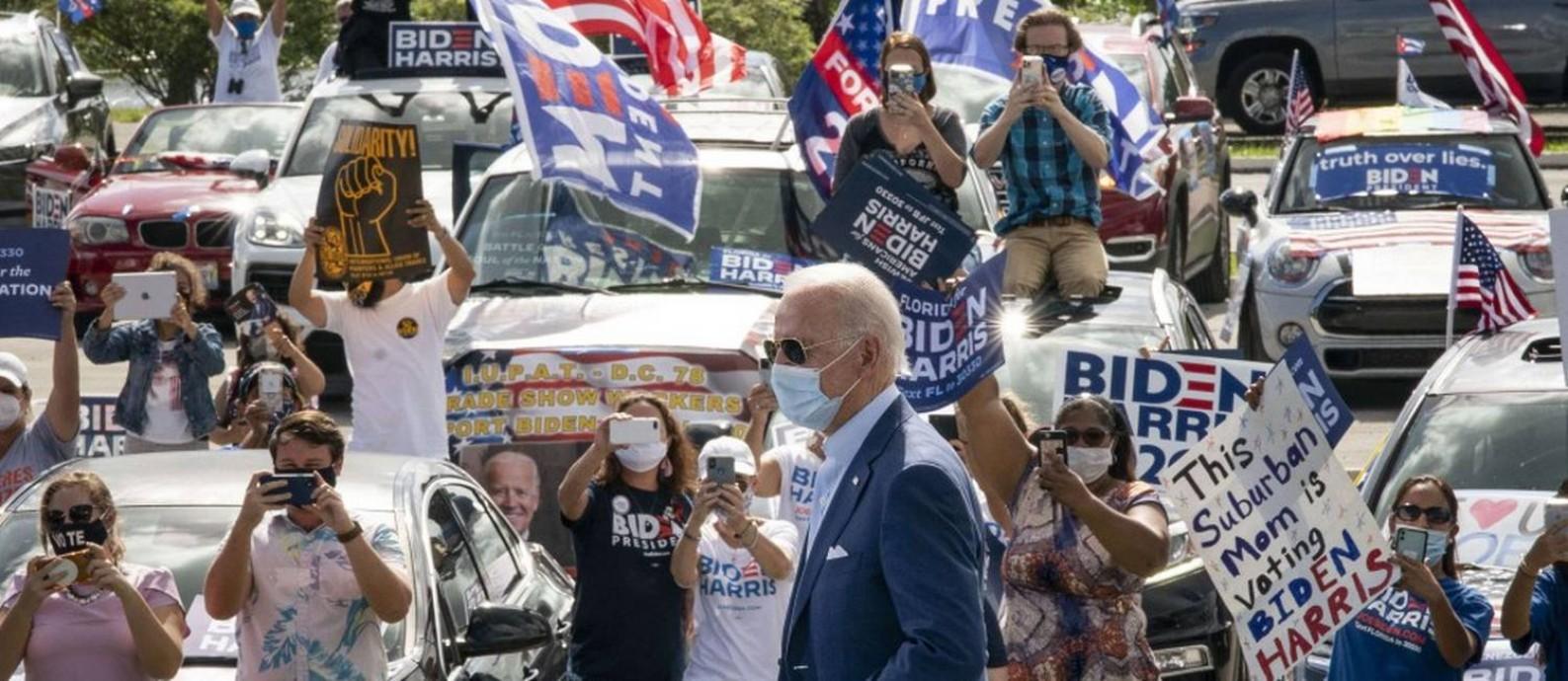O candidato democrata Joe Biden em um comício drive-in em Coconut Creek, Flórida Foto: Drew Angerer / AFP
