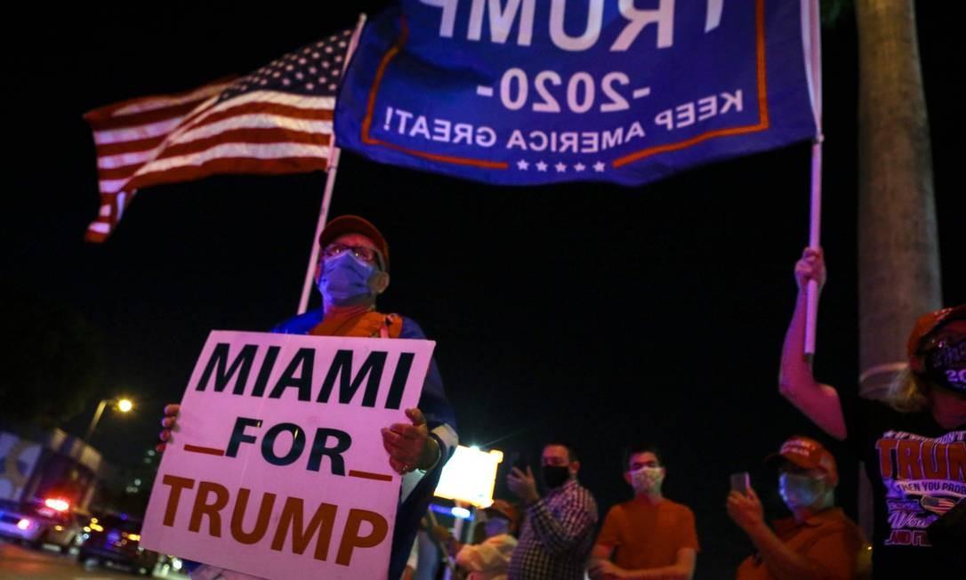 Apoiadores de Donald Trump fazem campanha para ele em Miami, distrito responsável por sua provável vitória no estado Foto: EVA MARIE UZCATEGUI / AFP