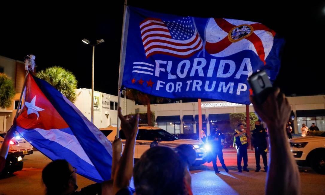 Um apoiador de Donald Trump segura uma bandeira cubana em Little Havana em Miami Foto: MARCO BELLO / REUTERS
