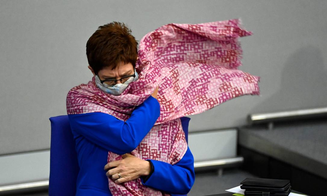 Ministra Annegret Kramp-Karrenbauer acompanha a contagem de votos na eleição americana Foto: TOBIAS SCHWARZ / AFP