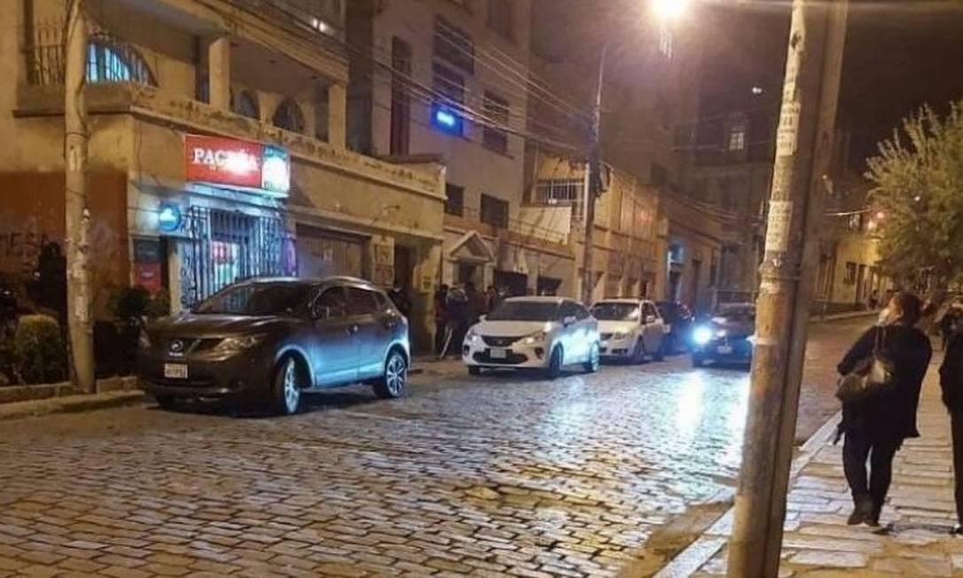 Foto divulgada pela assessoria de imprensa do MAS mostra rua onde uma banana de dinamite foi jogada contra o presidente eleito da Bolívia Foto: Assessoria de imprensa do MAS