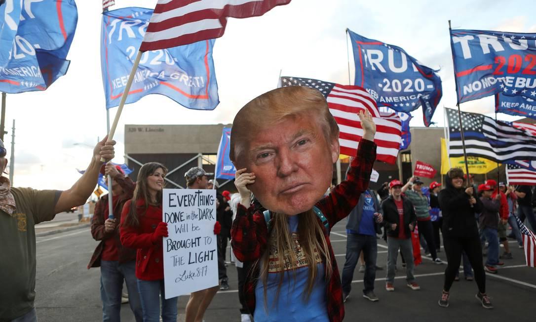 Apoiadores de Trump protestam em frente ao Capitólio do estado do Arizona em Phoenix Foto: JIM URQUHART / REUTERS/08-11-2020